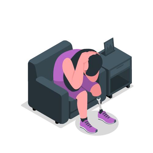 mujer con protesis de pierna en la sala sentada llorando