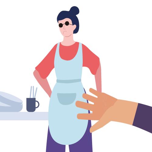 mujer con platos siendo tocada triste